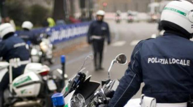 Preso a sassate il comando dei vigili urbani