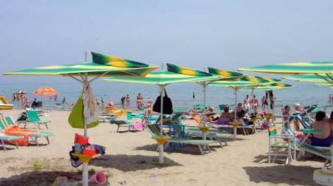 Formia, maxisequestro di ombrelloni in spiaggia