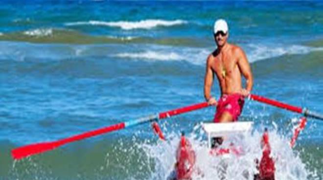 Surfista in difficoltà, salvataggio in extremis
