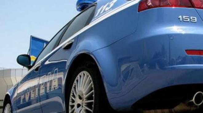 Auto della polizia speronata durante un inseguimento