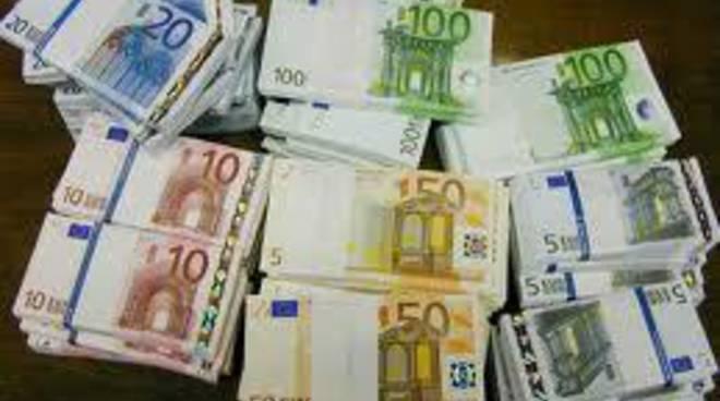 Fa una ricarica con banconote false: denunciato