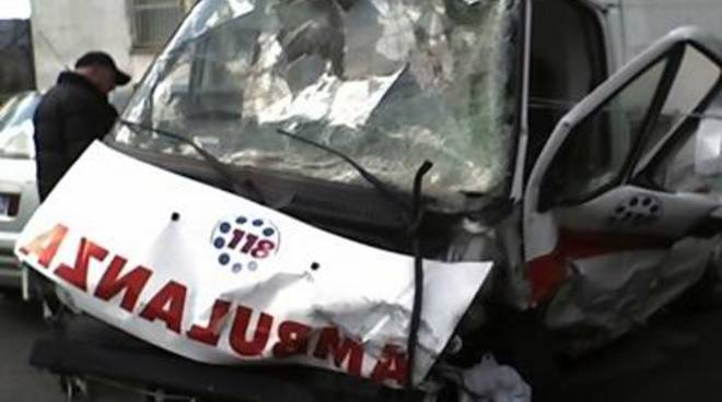 Incidente mortale tra un'ambulanza e uno scooter. Muore un 41enne