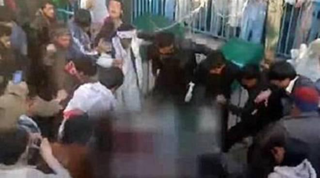 Linciarono una giovane afgana: quattro condanne a morte