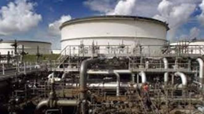 Sorprende ladri di gasolio in oleodotto, guardia giurata aggredita