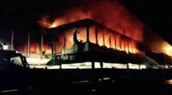 """Incendio Aeroporto, M5S: """"Situazione fuori controllo"""""""