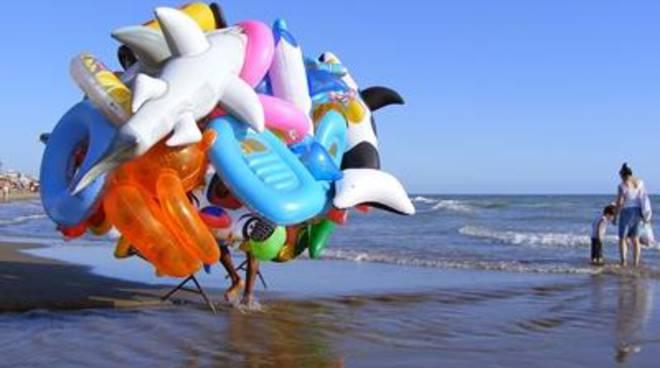 Lotta serrata al commercio abusivo sulle spiagge