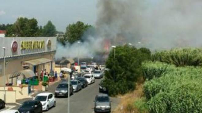 Domato nuovo incendio nei pressi di un supermercato