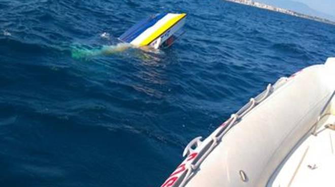 Natante affonda, interviene la Guardia Costiera