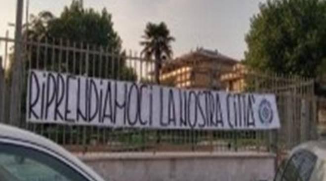 Torvajanica: Volontari di CasaPound Italia riqualificano il giardino di Piazza Italia
