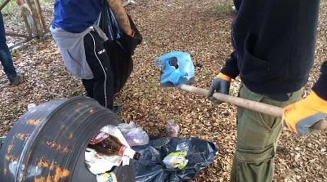 I volontari CasaPound riqualificano il parco di fronte agli scavi di Ostia Antica