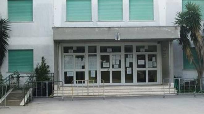 Rimossi i rifiuti accatastati alla scuola Collodi di Lavinio