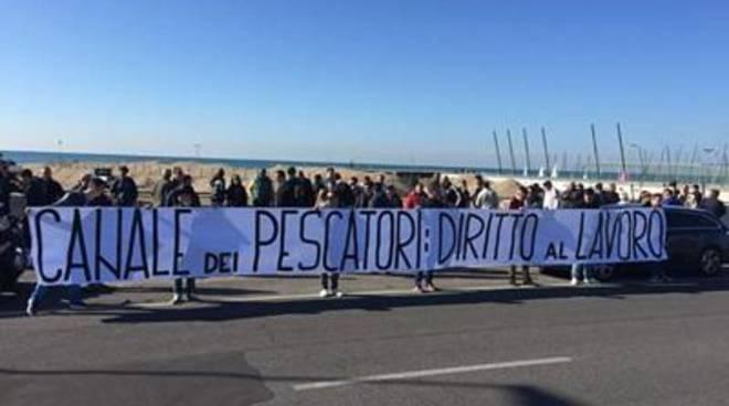 Pescatori in rivolta, raccolta firme per chiedere il dragaggio