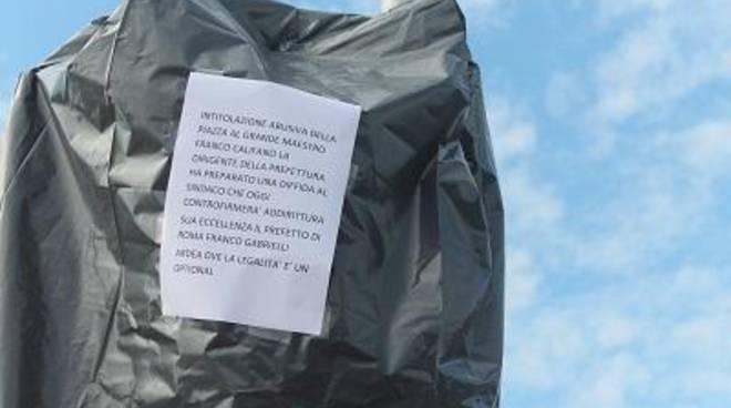 Piazza Califano: rimossa la targa stradale