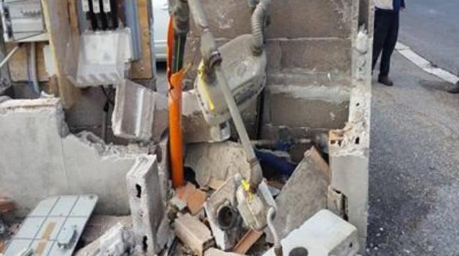Scuola allegro ranocchio: distrutto il muro dove poggiano le utenze