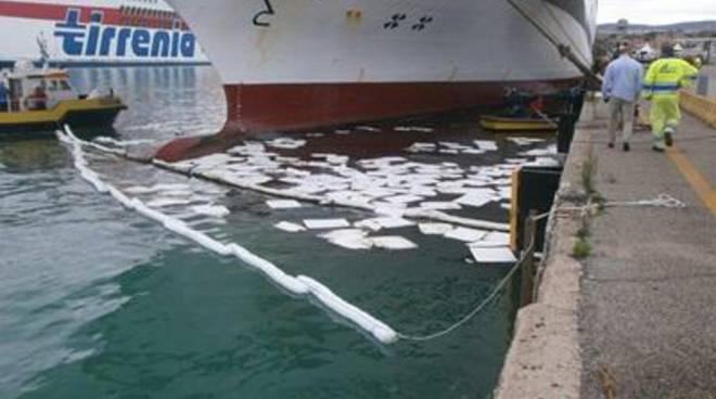 Sversamento di idrocarburi in porto