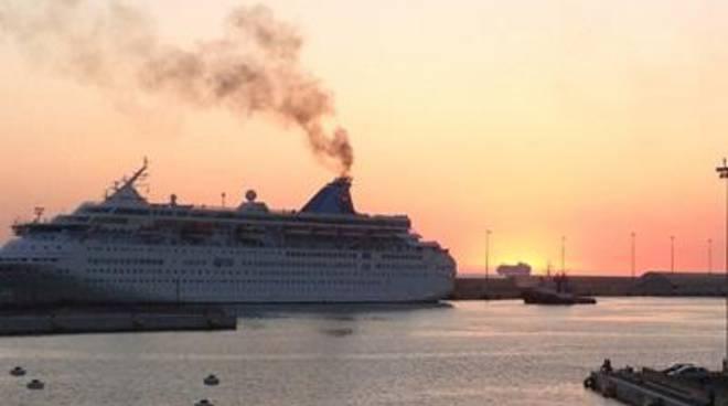Emissione di fumi in porto: denunciata una nave di linea