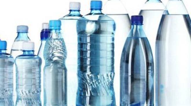Nelle mense scolastiche torna l'acqua in bottiglia