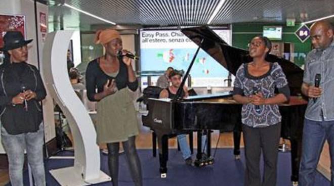 Aeroporto: un coro Gospel incanta i passeggeri a Fiumicino