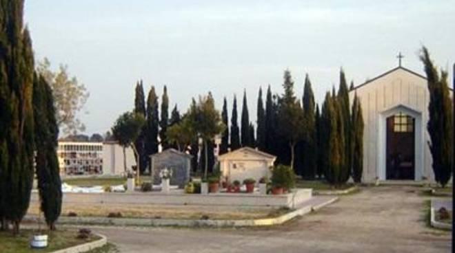 Profanata una tomba al cimitero monumentale di Santa Marina