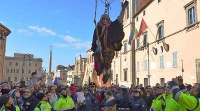 La Befana arriva volando dalla torre dell'orologio
