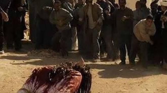 Orrore Isis, donna lapidata dal figlio