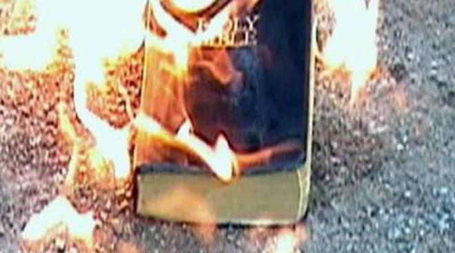 Pakistan: brucia la Bibbia, arrestato musulmano in Punjab