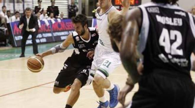 Basket: Latina resiste per oltre metà gara, poi cede alla capolista