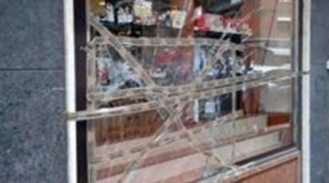 Ruba i soldi dal registratore di cassa: arrestato dai Carabinieri