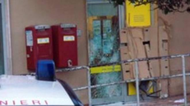 Scassinato con un esplosivo il bancomat della posta sulla piazza centrale