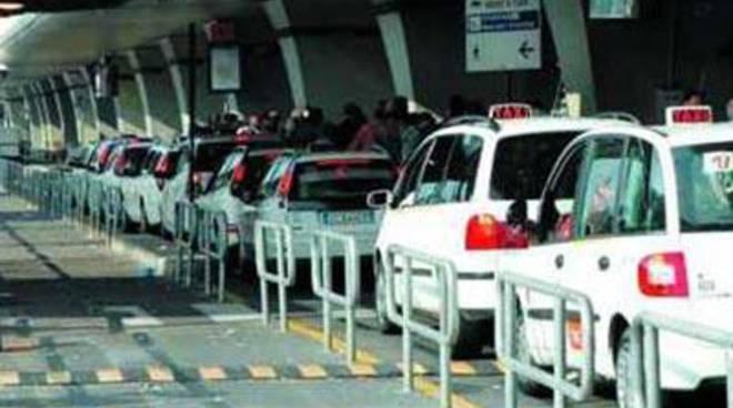 Truffavano le corse per l'aeroporto: scoperti 9 tassisti