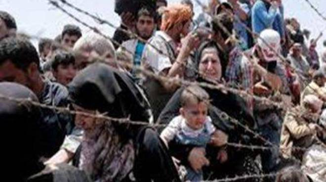 Abbracci e strette di mano in aeroporto. I profughi siriani sbarcano in citta'