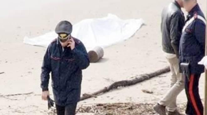 Cadavere in spiaggia, ipotesi omicidio