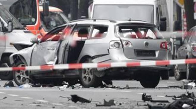 Esplode un'auto a Berlino: un morto