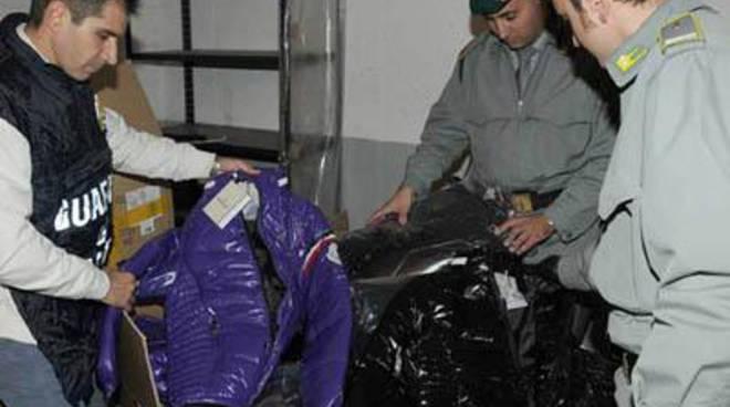 Guardia di Finanza: donati 20 giubbotti e 30 paia di scarpe alla Caritas locale