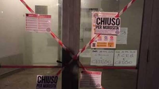 Blitz di CasaPound: sigilli alle sedi del Pd chiuse per morosità