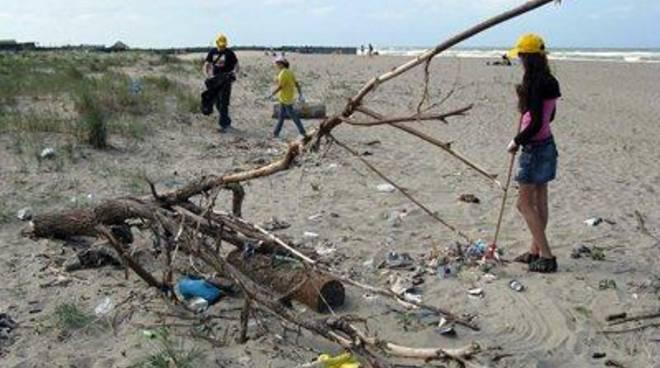 Guerra sulla spiaggia di Passoscuro per un posto in prima fila