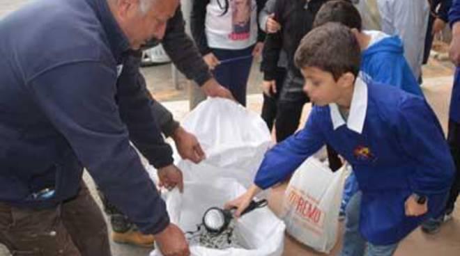Le scuole riciclano una tonnellata di vecchi apparecchi elettrici