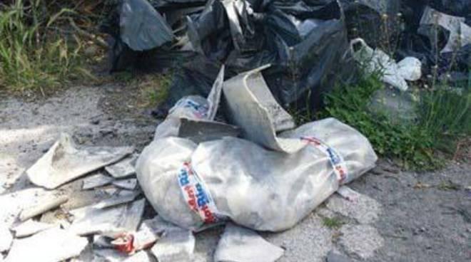 <span>CasaPound: sopralluogo con cittadini in via Varna a Torvaianica, trovato amianto</span>
