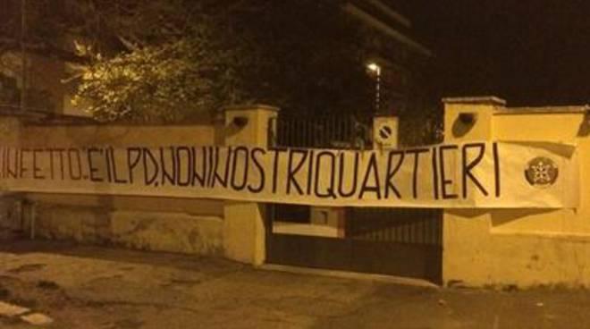 """Striscione di CasaPound al Teatro del Lido: """"Infetto è il Pd, non i nostri quartieri"""""""