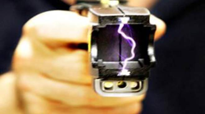 Aeroporto, pistola elettrica in dotazione alla polizia di frontiera