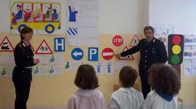 Bambini delle scuole materne a lezione di educazione stradale con la Polizia Locale