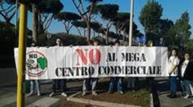 """""""No al mega centro commerciale"""":azione di protesta per scuotere l'opinione p"""