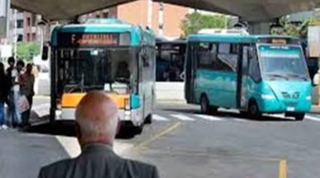 """Trasporto pubblico, Confconsumatori: """"Al capolinea del bus mancano pensiline e sedute"""""""