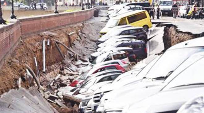 Voragine sul Lungarno a Firenze: sprofondano 20 auto