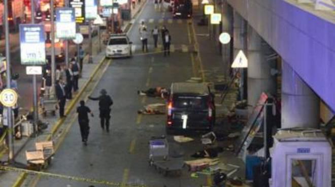 Attacco all'aeroporto di Istanbul, decine di morti