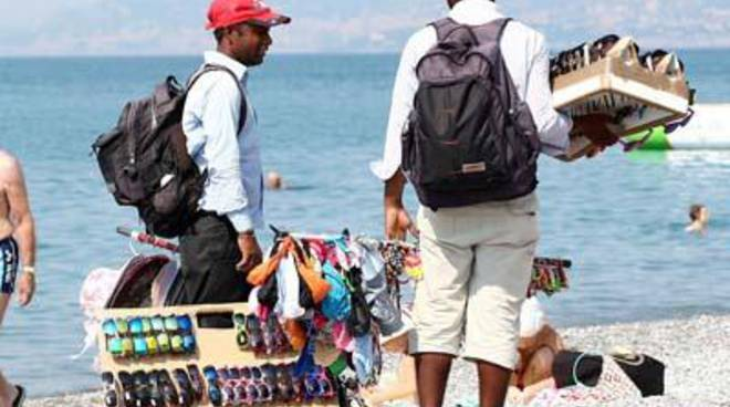 Controlli della polizia locale: sequestrata merce su spiaggia