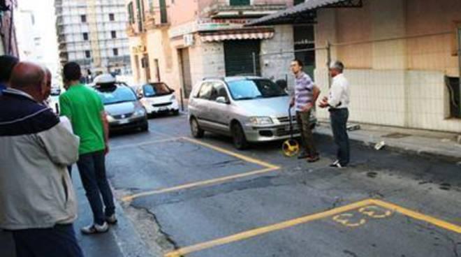 Parcheggiatori abusivi nella trincea ferroviaria: interviene Forza Nuova