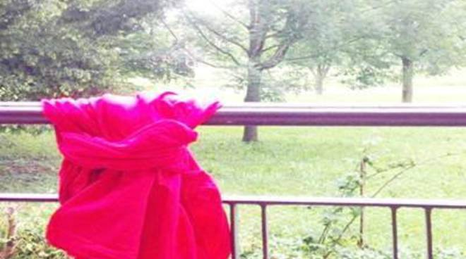 Un drappo in finestra contro il femminicidio