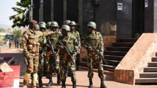 Attacco in Mali contro una base militare: decine di morti