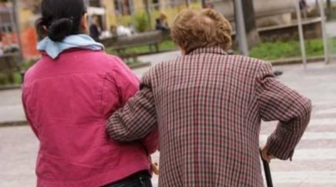 Badante truffa anziana ipovedente
